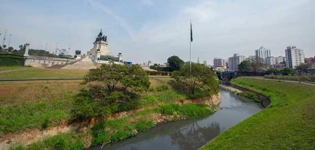 Trecho do rio em frente ao monumento (Foto: Flávio Moraes/G1)