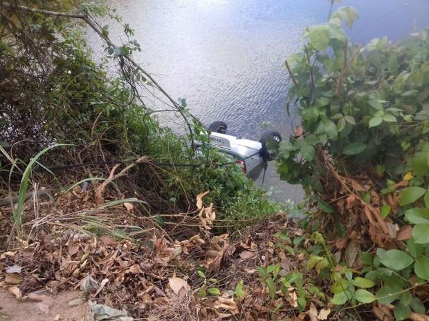 Carro de policial caiu dentro de lagoa em Guaramiranga (Foto: Neto Rodrigues)