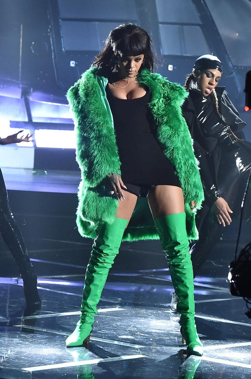 Rihanna em apresentação no IHeartRadio, em 2015 (Foto: Getty Images)