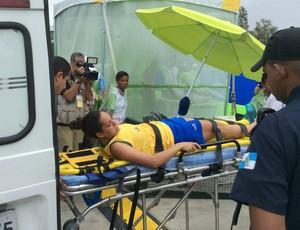 Tatiana Noronha sofreu lesão no pé e saiu de maca do jogo contra o Paraguai (Foto: Rpdrigo Breves)