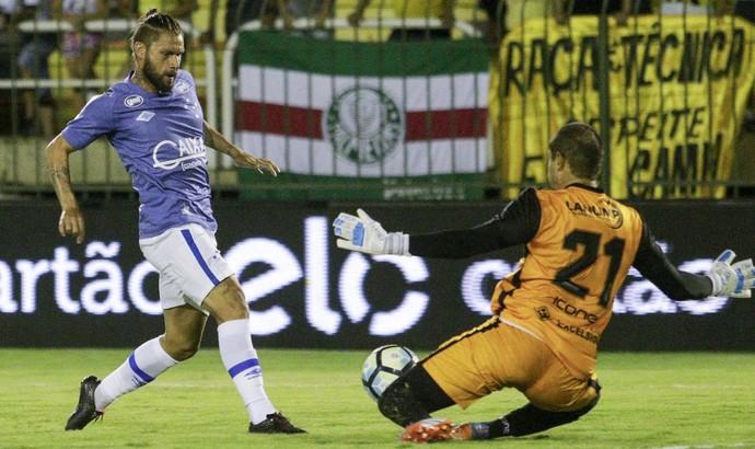 Rafael Sóbis para no goleiro Douglas Borges (Foto: Rudy Trindade/Light Press)