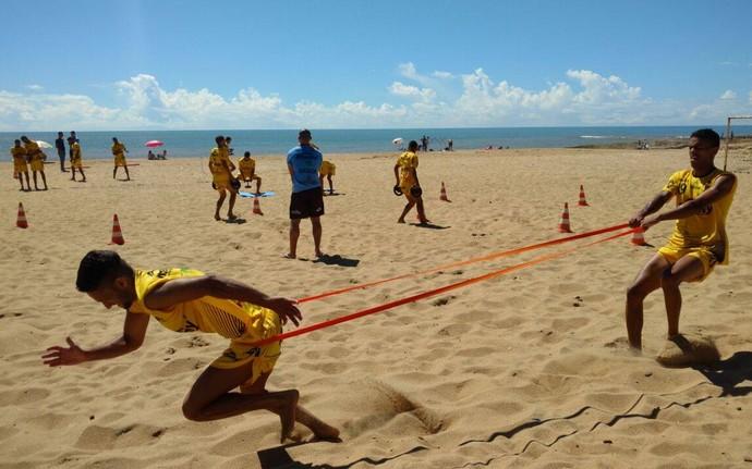 Jogadores do Estrela foram exigidos fisicamente na praia de Cidade Nova, em Marataízes (Foto: Florentino Dalfior Júnior)