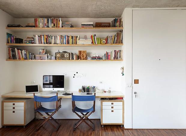 apartamento-arquitetos-flavia-torres-pedro-ivo-freire- sub-estudio-isabel-nassif-renata-pedrosa-escritorio-prateleira-marcenaria (Foto: Tomás Cytrynowicz)