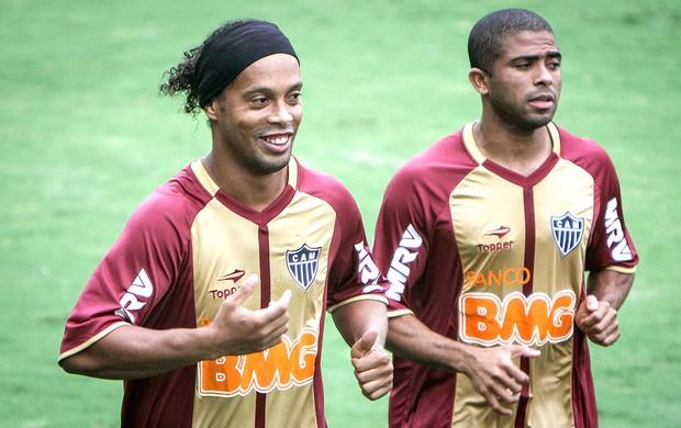 Ronaldinho e Junior Cesar no treino do Atlético-MG (Foto: Bruno Cantini / Site Oficial do Atlético-MG)