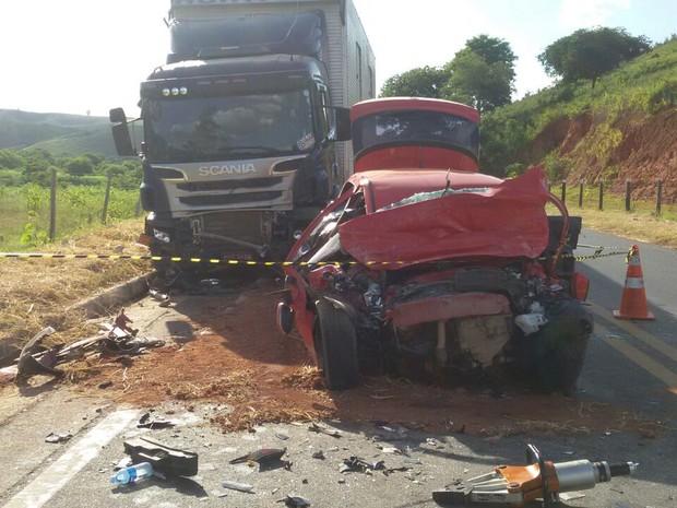 Carro de passeio invadiu a contramão, três pessoas morreram na hora (Foto: George Gonçalves/Arquivo Pessoal)