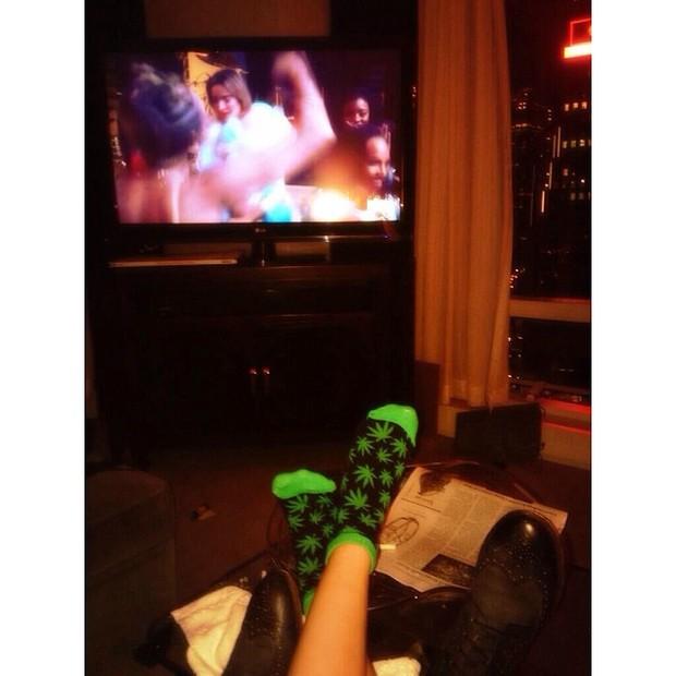 Miley Cyrus usa meia polêmica (Foto: Instagram/ Reprodução)