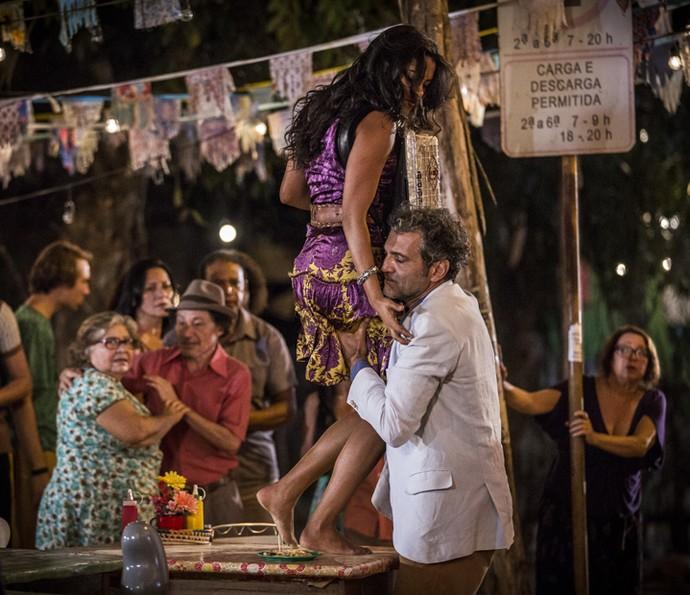 Santo obriga Luzia a parar o show (Foto: Inácio Moraes/Gshow)