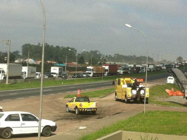 Por volta das 10h30 havia 17 quilômetros de congestionamento na BR-116, em Curitiba (Foto: Sidnei Nunes de Souza / PRF)