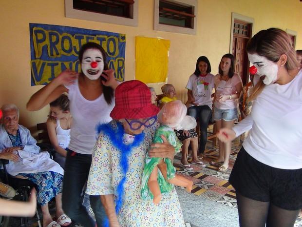 Idosos participaram de brincadeiras e dançaram com os voluntários (Foto: Nívio Dorta/G1)