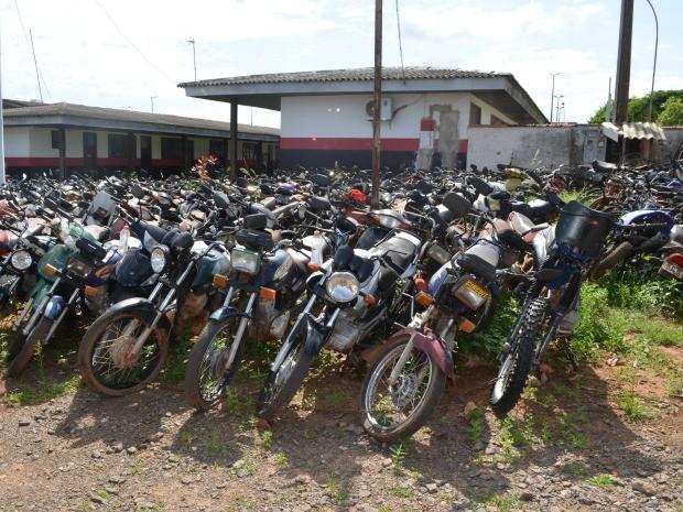 Motos são maioria entre veículos e objetos abandonados em Cacoal (Foto: Magda Oliveira/G1)