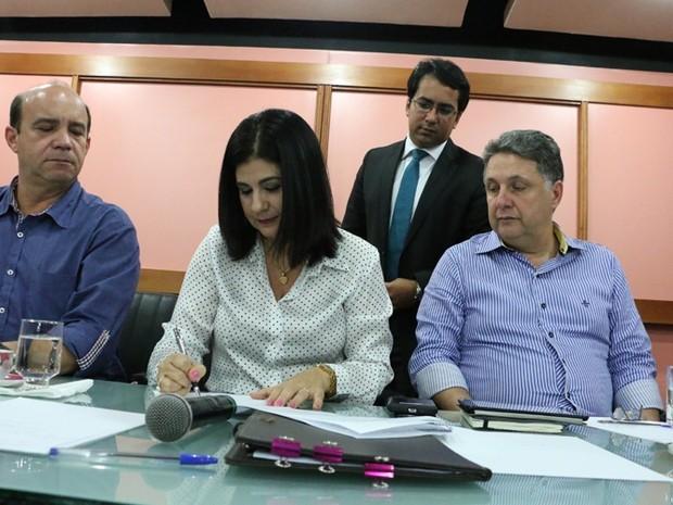 Prefeita assinou decretos para economia de água (Foto: Divulgação / Secom Campos)