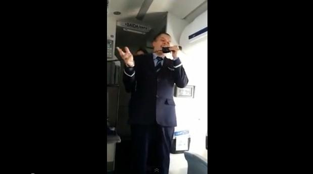 Comissário da Azul imita o Silvio Santos e recebe palmas (Foto: Reprodução/YouTube)