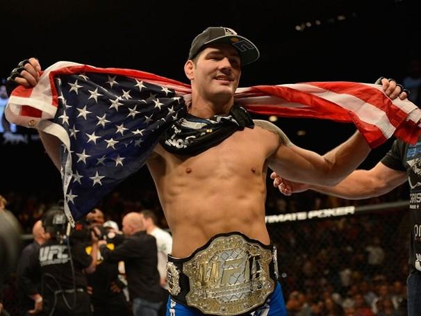 Chris Weidman posa com cinturão e bandeira dos EUA (Foto: Getty Images)