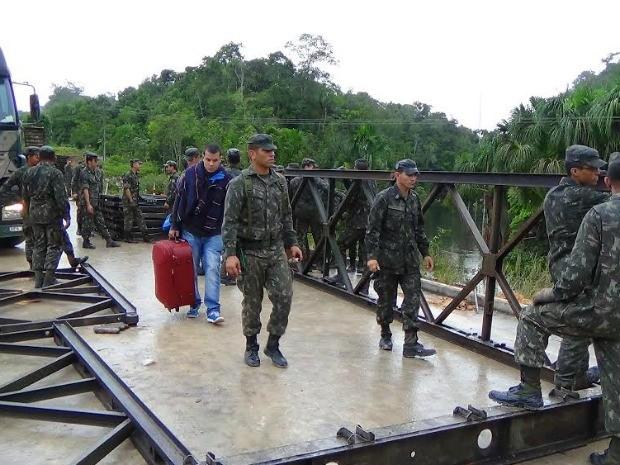 Homens do Exército trabalham na instalação da ponte (Foto: Jackson Salvaterra/TV Amazonas)