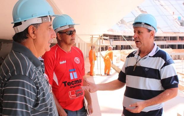 ex-jogadores visitam estádio Mané Garrincha (Foto: Fabrício Marques)