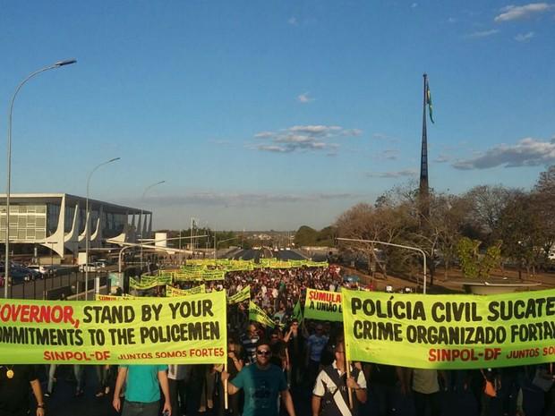 Policiais civis do Distrito Federal ocupam Eixo Monumental caminhada por salários melhores e equiparação com a PF (Foto: Pedro Borges/G1)
