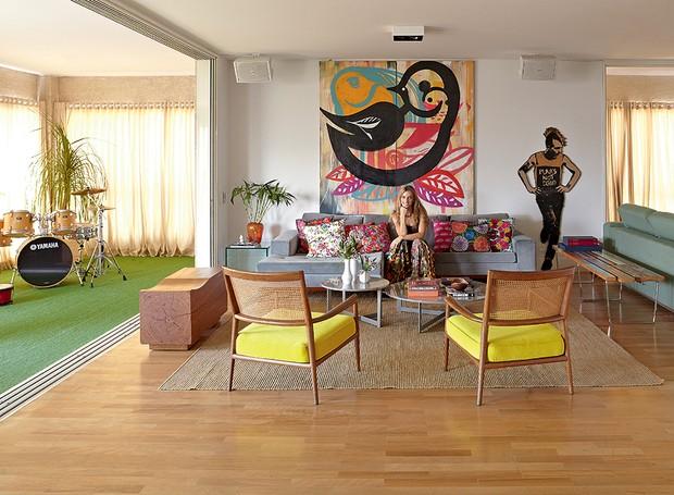 Mesmo de frente para uma agitada avenida paulistana, o apartamento da modelo e empresária Marina Sanvicente é puro sossego. A grande sacada é a varanda integrada à sala, com janelas antirruído e tapete de grama sintética, que funciona como quintal (Foto: Victor Affaro/Casa e Jardim)