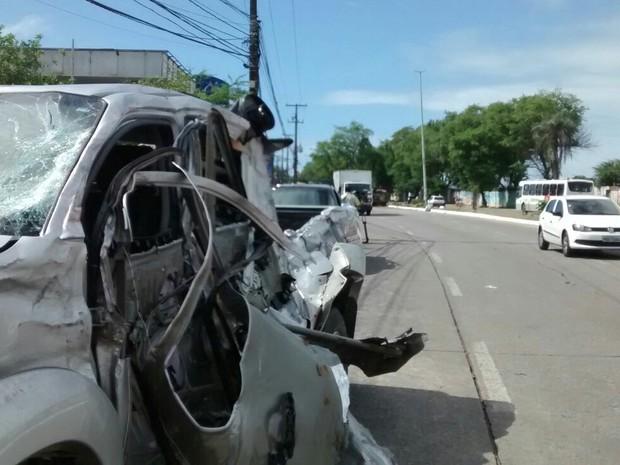 Caminhonete foi atingida por caminhão, que invadiu a pista contrária (Foto: Camila Torres/TV Globo)