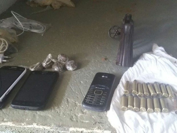Além da arma, foram encontrados celulares, drogas e munição (Foto: Divulgação/Sejuc)
