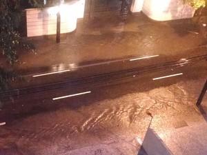 Enxurrada ocupou uma das três faixas da Rua São Clemente, em Botafogo, na Zona Sul (Foto: Cristina Boeckel / G1)
