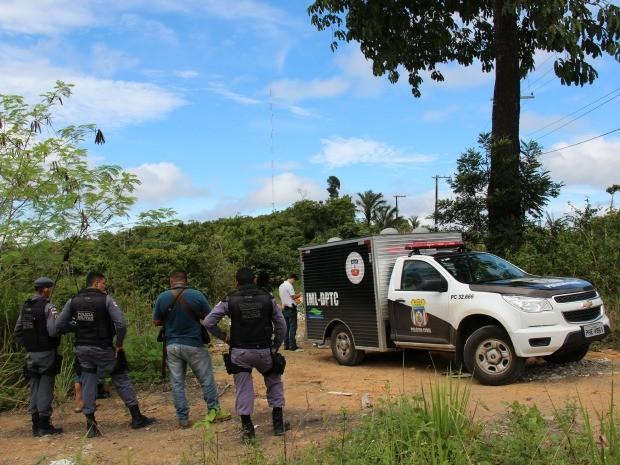 Corpo estava em uma área de mata (Foto: Luis Henrique Oliveira/G1 AM)