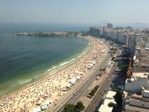Copacabana fica lotada em tarde quente do verão carioca neste domingo (11) (Foto: José Raphael Berrêdo/G1)