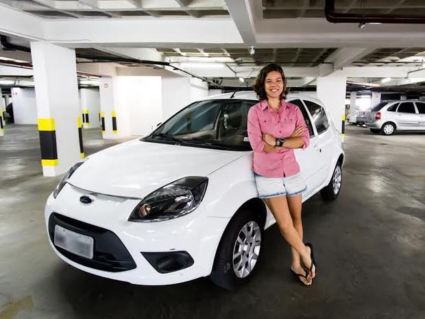 Economizando, universitária conseguiu adquirir um carro 0KM. (Foto: Jonathan Lins/G1)