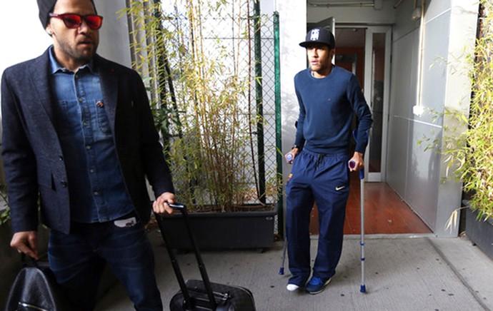 Neymar de muletas no Barcelona (Foto: Miguel Ruiz / Site Oficial do Barcelona)