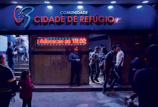 Agito na porta da igreja, no Centro de São Paulo (Foto: Lalo de Almeida / Marie Claire)