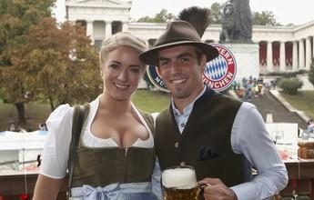 Craques do Bayern de Munique aproveitam o domingo na Oktoberfest