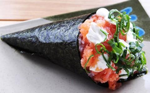 Veja o passo a passo de como fazer temaki de salmão com cream cheese