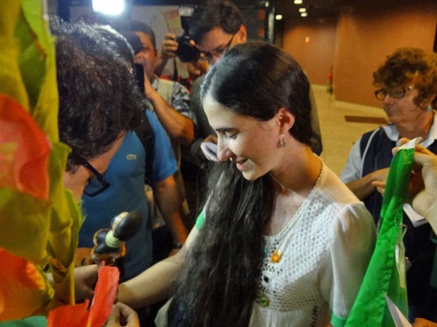 Na chegada ao Brasil, Yoani foi recebida por diversos jornalistas no aeroporto Internacional dos Guararapes, no Recife (Foto: Katherine Coutinho/G1)
