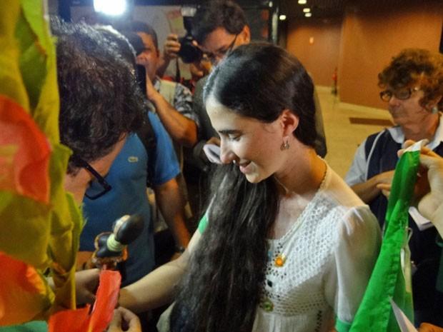 Na chegada ao Brasil, Yoani foi recebida por diversos jornalistas no aeroporto Internacional dos Guararapes, no Recife (Foto: Katherine Coutinho/G1)
