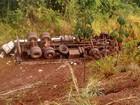 Motorista perde controle de caminhão e veículo tomba na BR-222