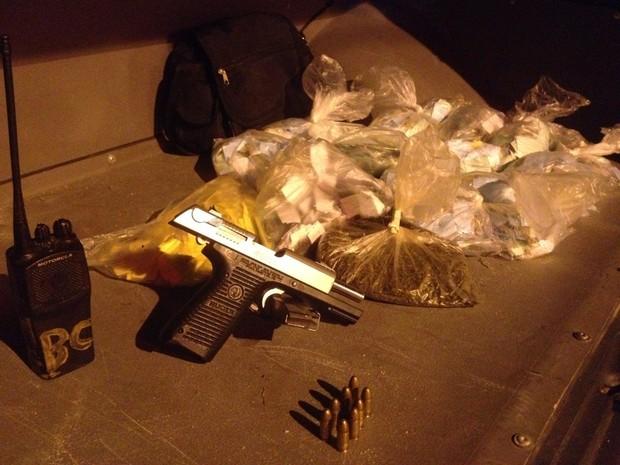 Agentes apreenderam uma pistola, drogas e rádios transmissores (Foto: Divulgação/Pmerj)