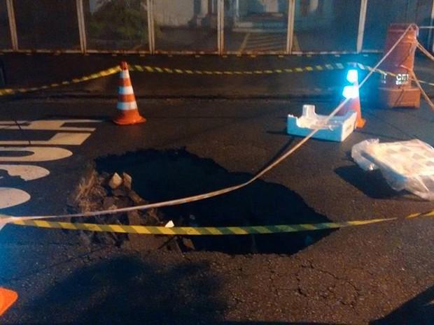 Buraco interdita Rua Goiás desde a noite da última terça-feira (Foto: Marcio Salgado / Arquivo Pessoal)
