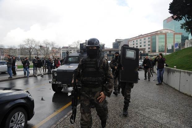 Área ao redor do Palácio da Justiça foi isolada após a entrada do grupo de extrema esquerda em Istambul (Foto: AFP)