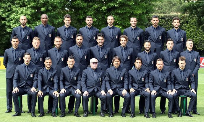 Seleção italiana de terno e gravata (Foto: REUTERS/Stefano Rellandini)