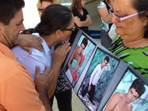 Mãe se emociona e beija foto do filho morto em acidente na Raposo Tavares (Foto: Ana Levorato/ G1)