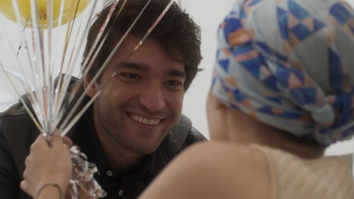 Tiago prepara toda uma comemoração para a namorada (Foto: TV Globo)