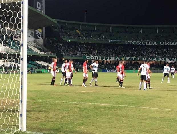 BLOG: Na noite fria de Curitiba, partida quente e empate no Alto da Glória