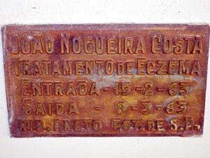 Placa mostra caso de cura por crenoterapia (Foto: Tiago Campos / G1)