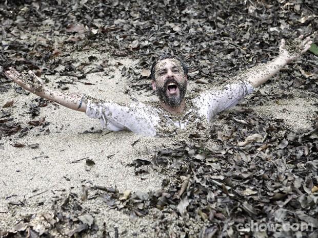 Alexandre Nero se diverte na lama (Foto: Inácio Moraes/TV Globo)