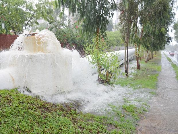 Esgoto transbordou após acumular água de chuvas devido a ligação clandestina com galerias pluviais (Foto: Walter Paparazzo/G1)