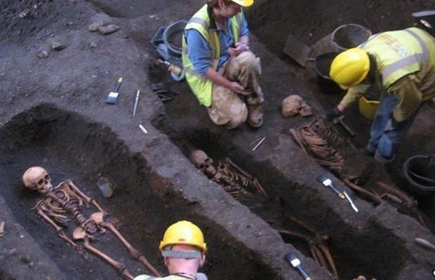 Forma como corpos foram encontrados sugere que pacientes eram pobres (Foto: Craig Cessford)