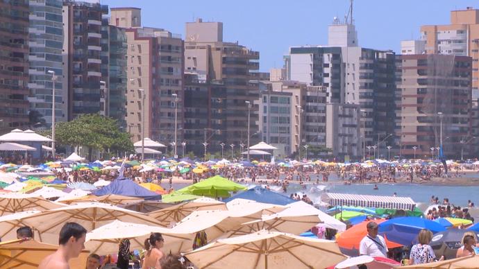 Praias em Guarapari ficam lotadas no verão (Foto: Divulgação / TV Gazeta ES)
