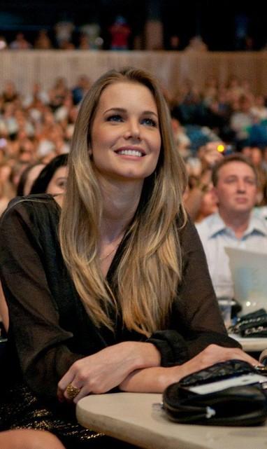 Claudia Helena Swarowsky, namorada de Victor, no show da dupla sertaneja Victor e Leo em São Paulo (Foto: Fábio Guinalz/ Foto Rio News)