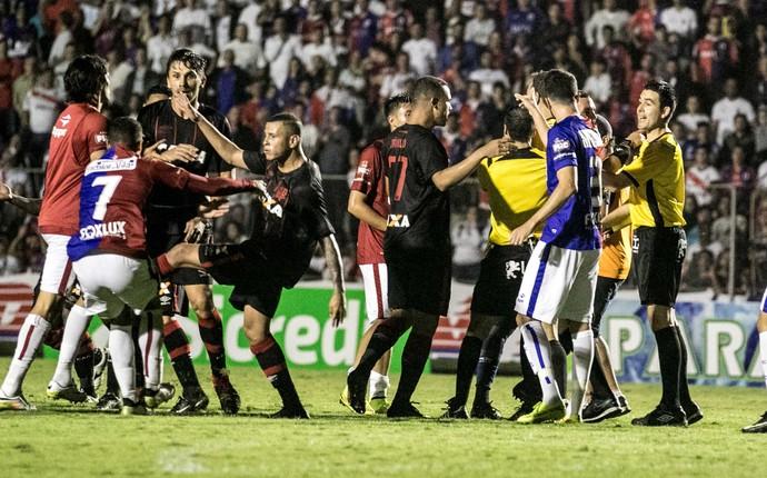 CONFUSÃO paraná x atlético-pr paranaense (Foto: Agência Estado)