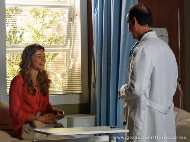 A loira fica toda feliz ao ouvir do médico que está grávida (Foto: Flor do Caribe/TV Globo)