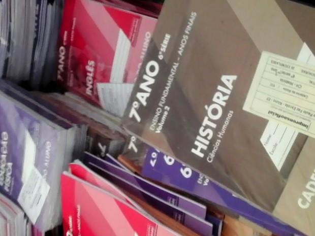 Livros estavam jogados no meio de um matagal em rodovia de Piracicaba (Foto: Ronda Escolar da 4ª Cia. da PM)
